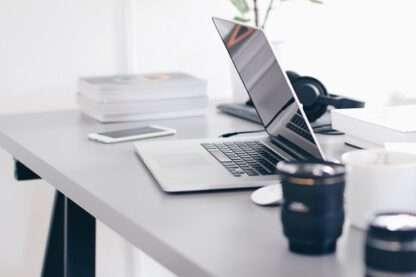 vergaderruimte huren amersfoort, foto van een bureau met laptop en koffie